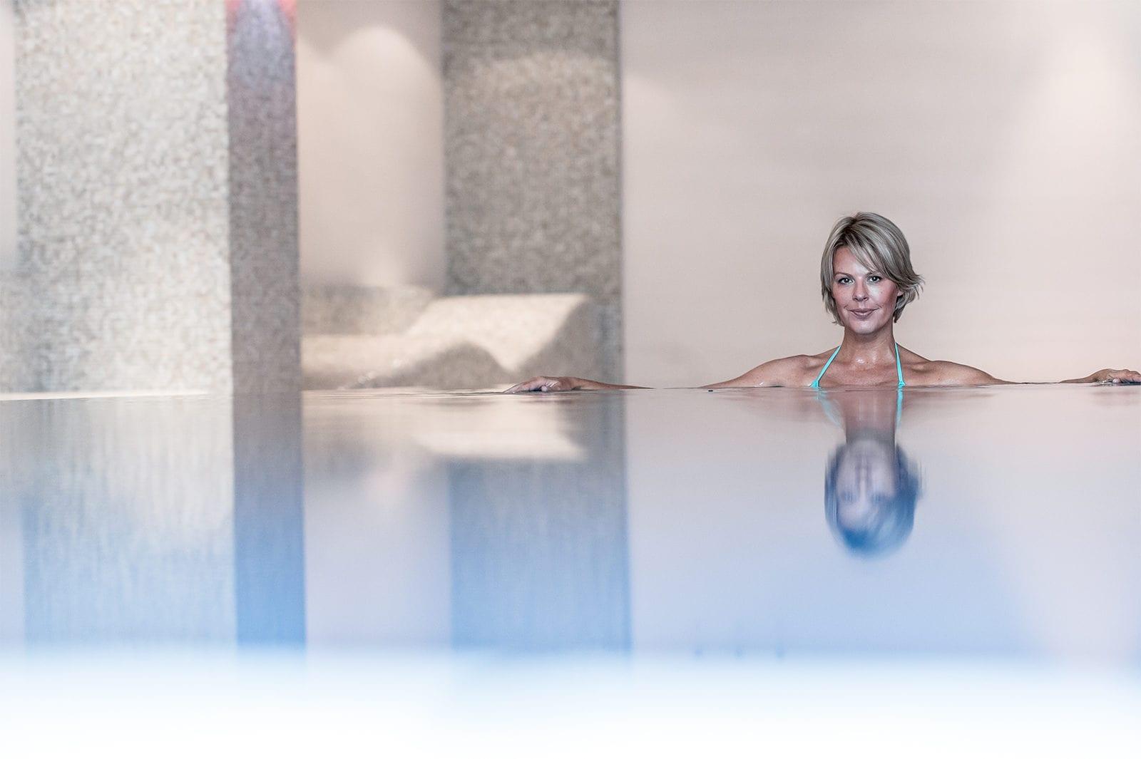 Blonde Frau entspannt im la pura Pool
