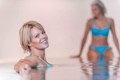 2 Frauen entspannen im la pura Pool