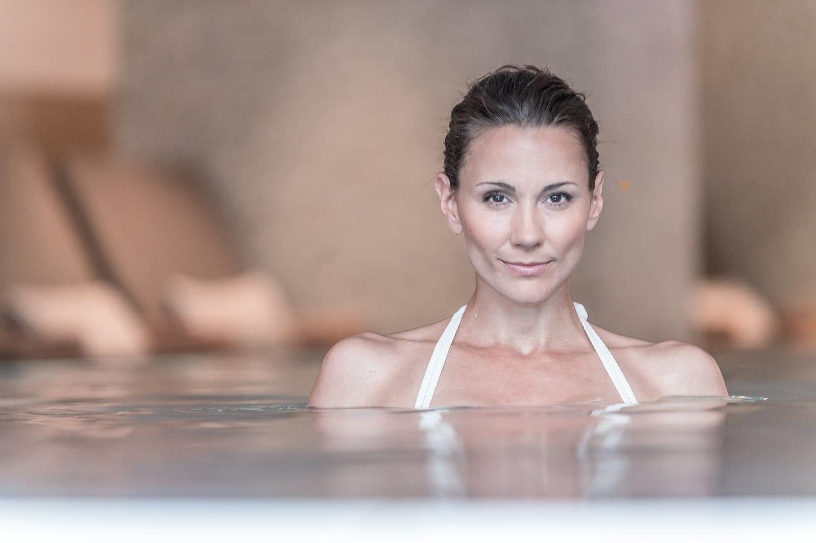 Dunkelhaarige Frau im Pool