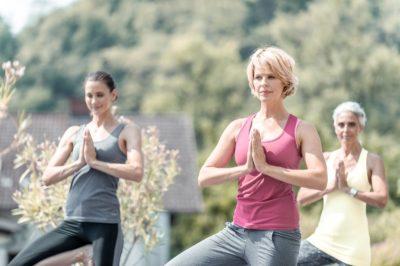 3 Frauen beim Yoga im Freien