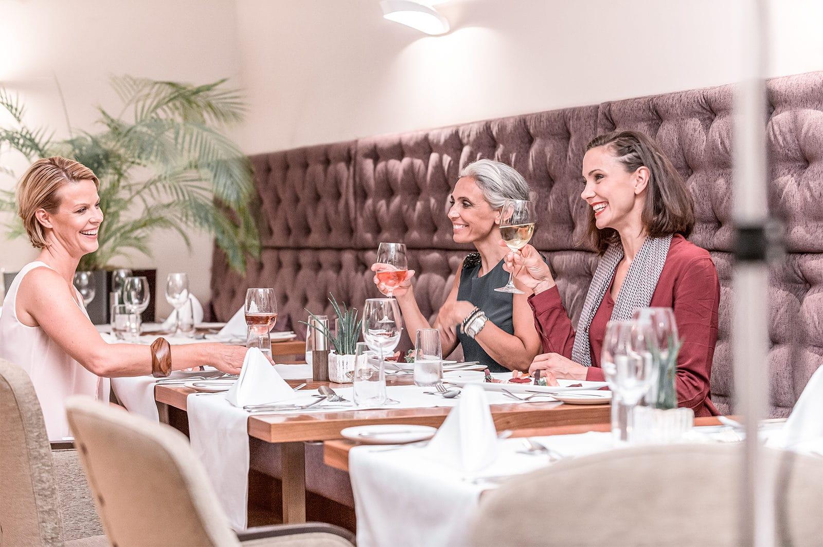 3 Frau sitzen gemeinsam im la pura Restaurant