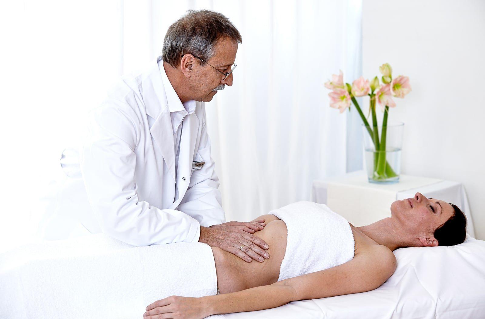 Arzt bei einer F.X. Mayr Bauchmassage