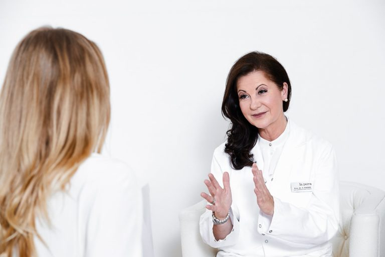 Ärztin führt ein Patientengespräch mit einer Patientin durch