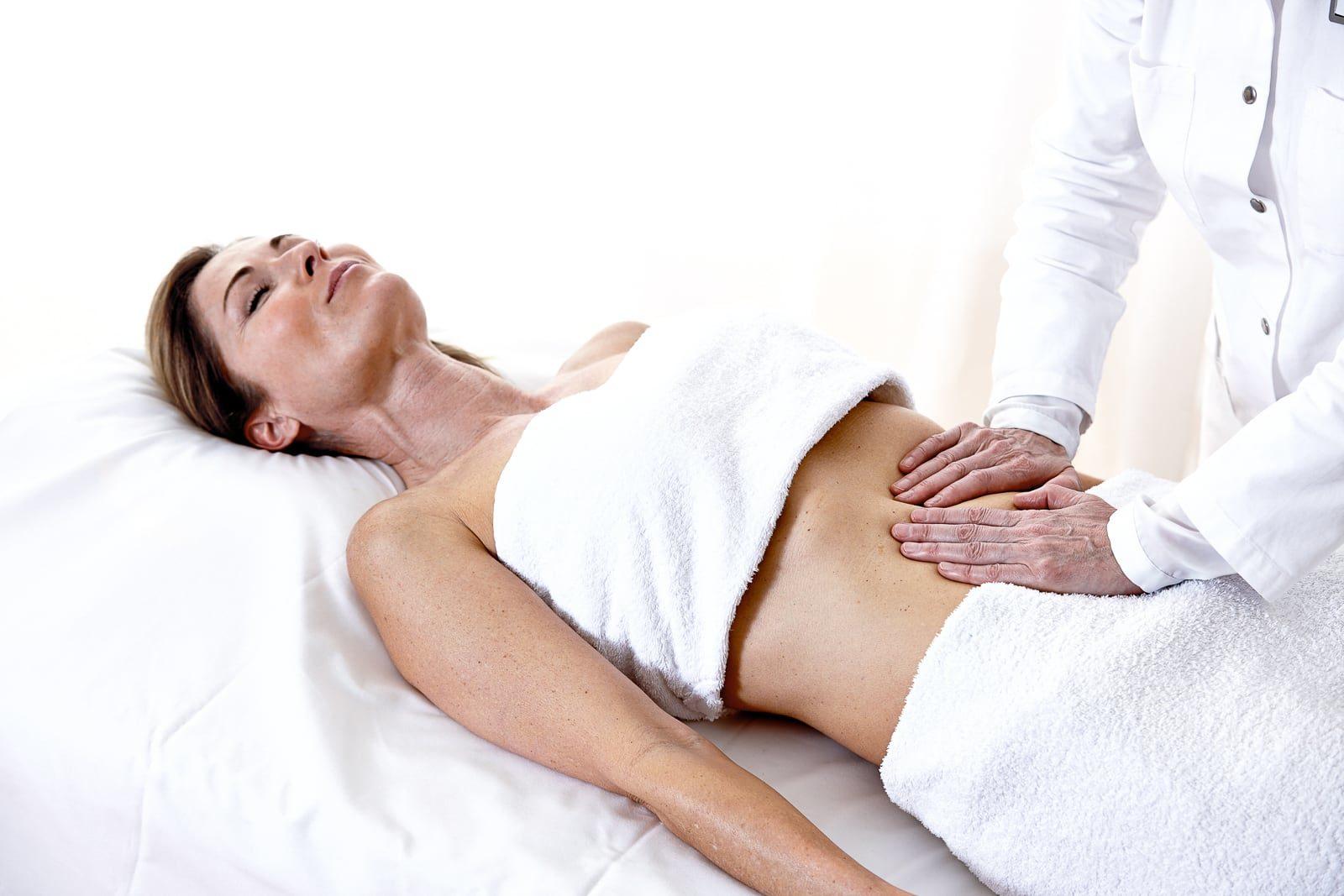 Ärztin behandelt Patientin mit einer F.X.Mayr Bauchmassage