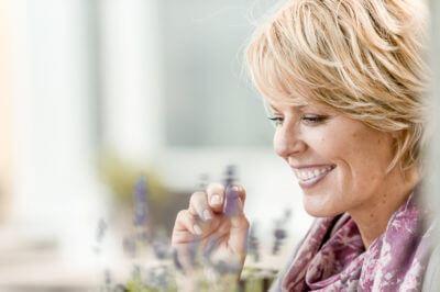 Seitenporträt einer blonden glücklichen Frau