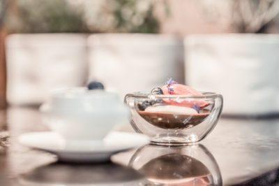 Glasschale mit Deko auf einem Tisch