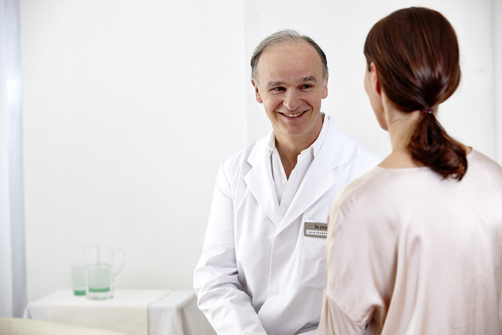 Arzt beim Patientengespräch