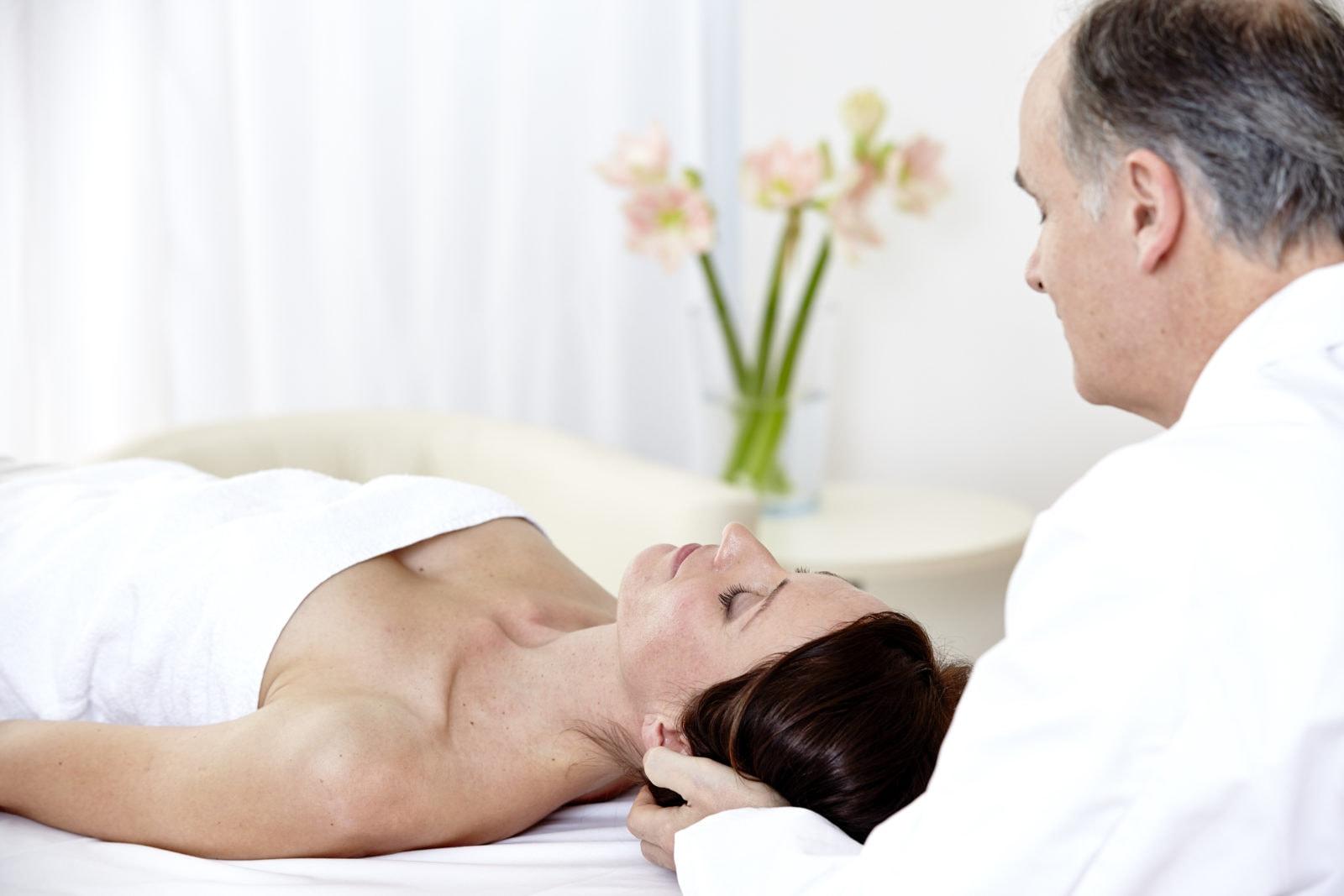 Patientin bekommt eine ärztliche Kopfmassage