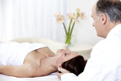 Schmerzen behandeln, Patientin bekommt eine ärztliche Kopfmassage